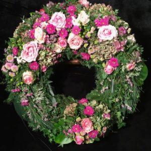 Friedhof Neusäß Trauerkranz von Blumen Flaschka